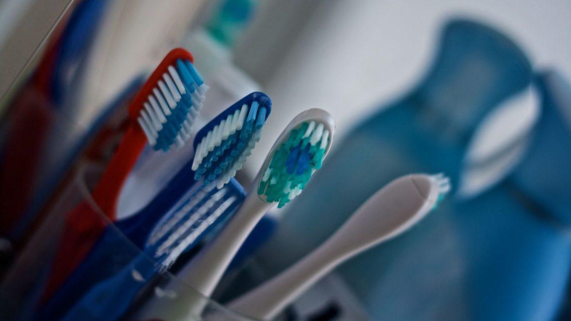 Ηλεκτρική ή χειροκίνητη οδοντόβουρτσα;